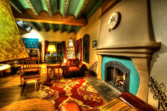 La Posada Hotel: Cozy spot by the fireplace
