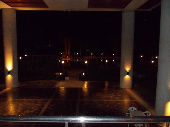 Dusit Island Resort Chiang Rai: Outside view towards the pool