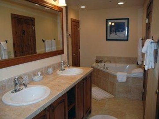 Centennial Condominiums : Bathroomcloseup