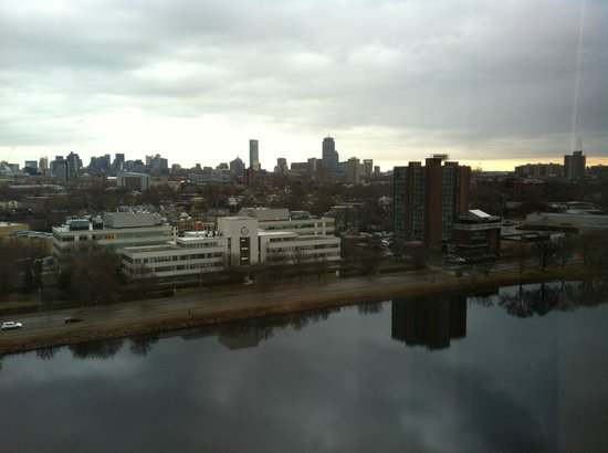 DoubleTree Suites by Hilton Boston-Cambridge: Charles River view over the hotel room