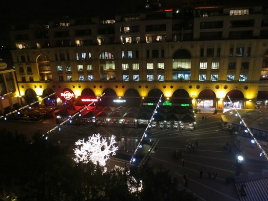 Michelangelo Hotel: a night view from the room vrenda to Mandela Square