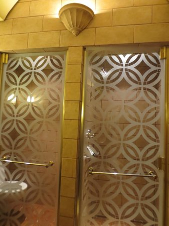 Michelangelo Hotel: toilet and shower seperated by beautiful glass doors.