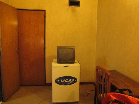 Trelew, Αργεντινή: Televisor prehistóricco sobre heladera (vacía)