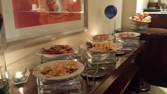 InterContinental Real Managua at Metrocentro Mall: Club Lounge Food - Lame