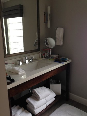 Almond Tree Inn: Bathroom sink