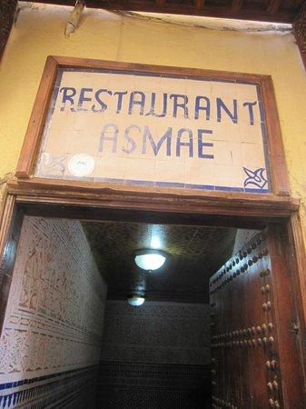 Asmae: Entrada no meio da Medina.