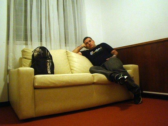 Austral Hotel Montevideo: Sofá na suíte