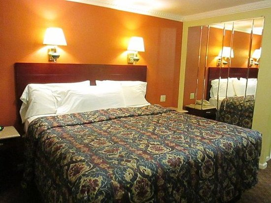 Americas Best Value Inn - Cheshire / Meriden: King bed