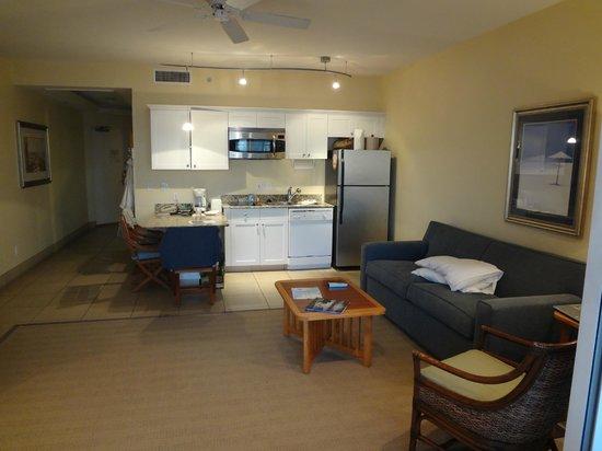 Pink Shell Beach Resort & Marina: kitchen and living room