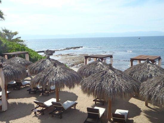 The Royal Suites Punta de Mita by Palladium: Royal Suites beachfront lounging area