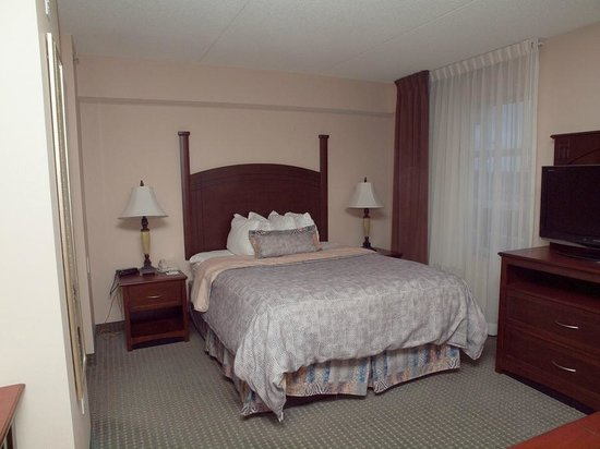 Staybridge Suites Guelph: Bedroom area