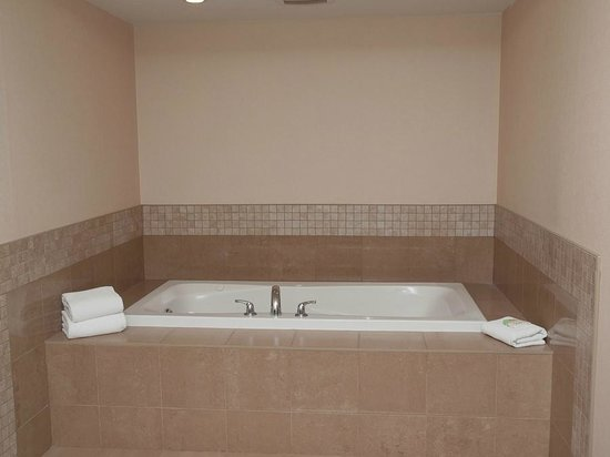 Staybridge Suites Guelph: Jacuzzi tub