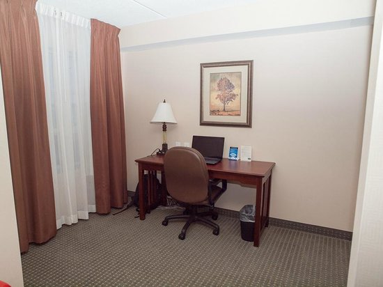 Staybridge Suites Guelph: Desk area