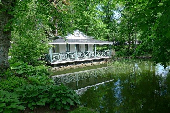 Halifax Public Gardens : white boathouse