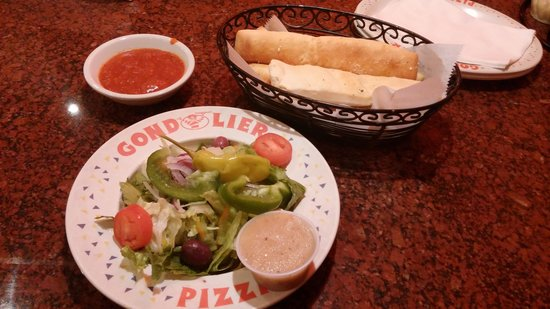Gondolier Italian Restaurant and Pizza: Greek salad and breadsticks