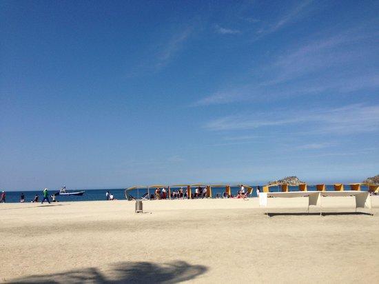 Hotel Tamaca Beach Resort: Playa frente al hotel