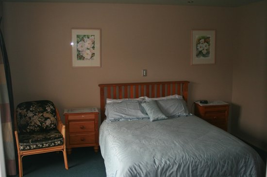 Greatstay Bed & Breakfast Boutique Accommodation: Camellia Room  queen bed with ensuite and courtyard view