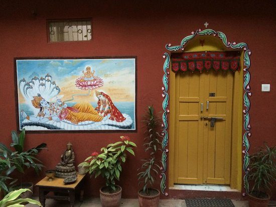 Ganpati Guest House: Room at the yard with painting