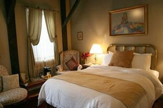 The Old Mill Inn: Brass Bedroom