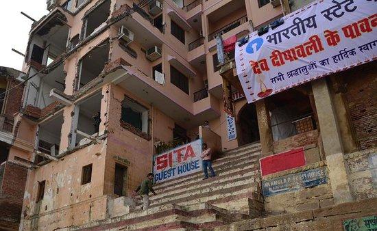 Hotel Sita Guest House: Bombsite