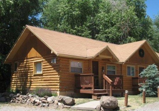 Ute Bluff Lodge, Cabins & RV Park: Cabins Exterior Summer