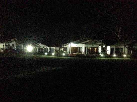 Kaziranga Golf Resort: Nigh View of the resort