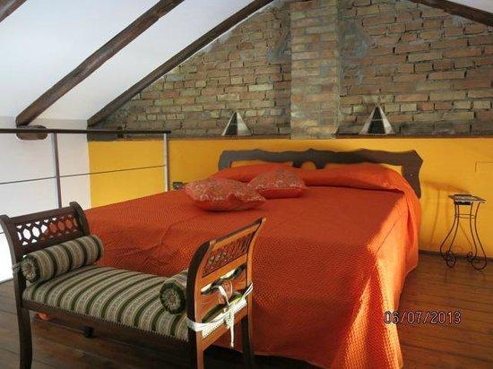All'Ombra del Noce B&B : camera arancia