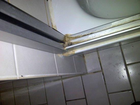 NH Naarden: ducha con suciedad y moho