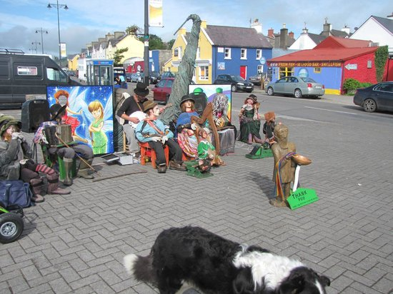 Dingle's First Cottage by the Sea : town entertainment