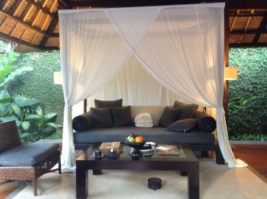 Kayumanis Ubud Private Villa & Spa: リビングの天蓋つきソファーはカップルにGOOD