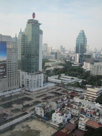 Novotel Bangkok Ploenchit Sukhumvit: 室内から見た外の風景