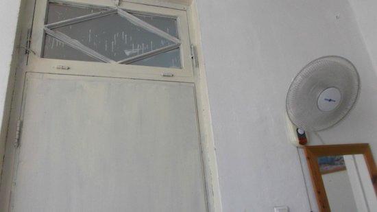 Mugraby Hostel: Это входная дверь номера, но не пугайтесь, потому что ЧЕРЕЗ ТРИ МИНУТЫ БУДЕТ МОРЕ!!!