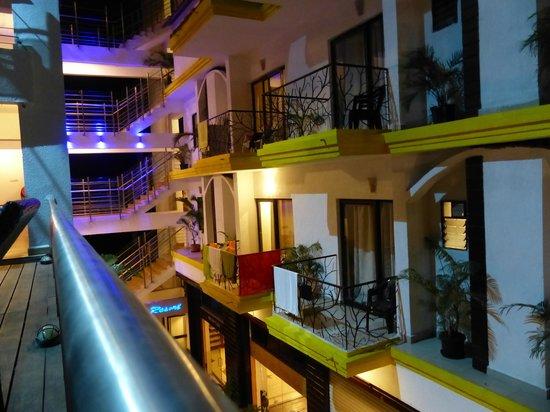 Nitya Resort: Балконы отеля, вид от бассейна