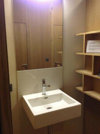 Interlaken Youth Hostel: Sink outside the bathroom