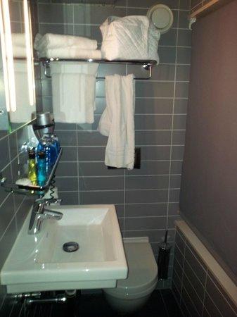 Hotel CC: Bathroom