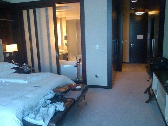Rosewood Abu Dhabi: Room through to Bathroom