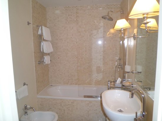 salle de bain de la chambre de luxe - Picture of Grand Hotel Cavour ...