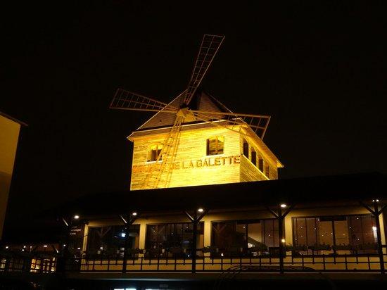 Le Moulin de la Galette: La vue de l'extérieur