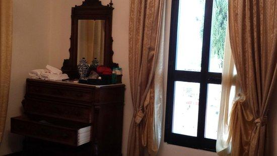 La Loggia - Villa Gloria: particolare della camera da letto