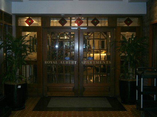 Royal Albert Hotel: Entrance to Royal Albert via hallway between their restaurant/cafe