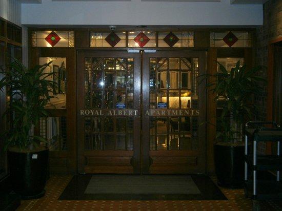 Royal Albert Hotel : Entrance to Royal Albert via hallway between their restaurant/cafe