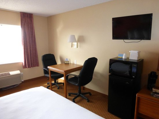 Days Inn & Suites by Wyndham Airport Albuquerque: All Rooms Have Flat Screen TVs , Microwave and Fridge
