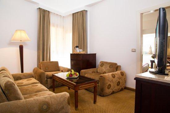 فندق بارول هليوبولس: Suite Living Room