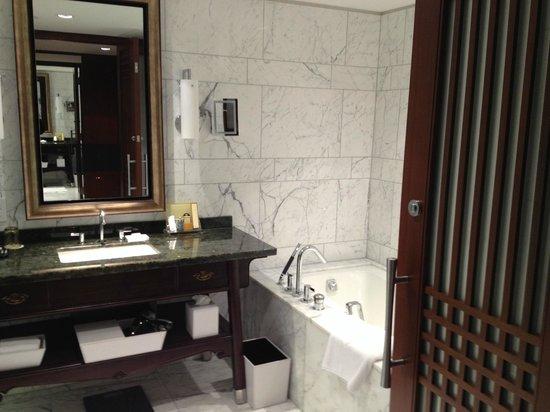 Shangri-La Hotel Toronto: Deep soaking tub