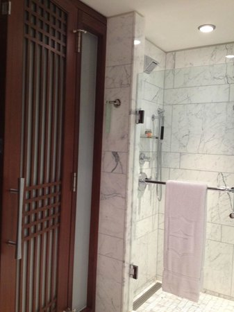Shangri-La Hotel Toronto: Bathroom & Shower stall