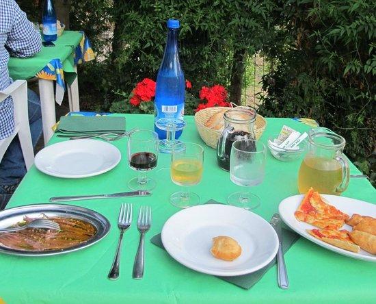 La Foce del Prato: table sur terrasse
