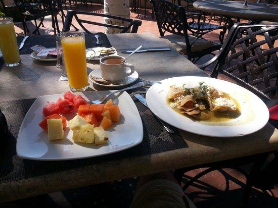 Bel Air Collection Resort & Spa Vallarta: Jugo, café, fruta y chica quites, gracias a los amigos meseros Raymundo, eduardo, Ángel y compañ