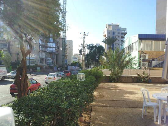 Ginot Yam Hotel : Терраса отеля со стороны улица