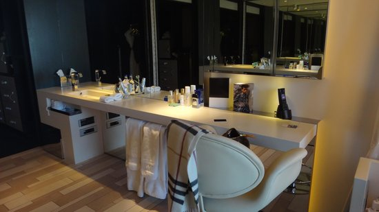 W London Leicester Square: espace bureau - salle de bain