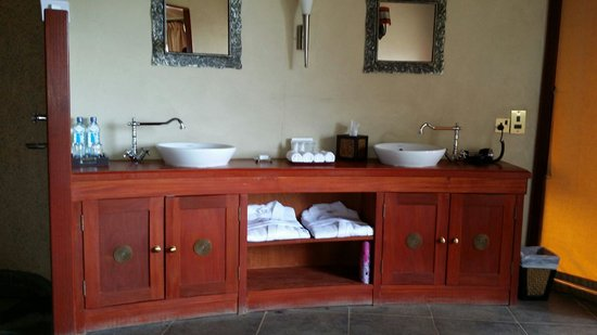 Olare Mara Kempinski Masai Mara: The bathroom and it is open to the room